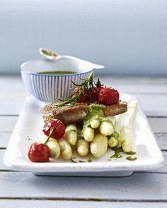 Das Rezept für Thunfischsteaks auf Spargel mit Bärlauchsoße und Schmortomaten und weitere kostenlose Rezepte auf LECKER.de