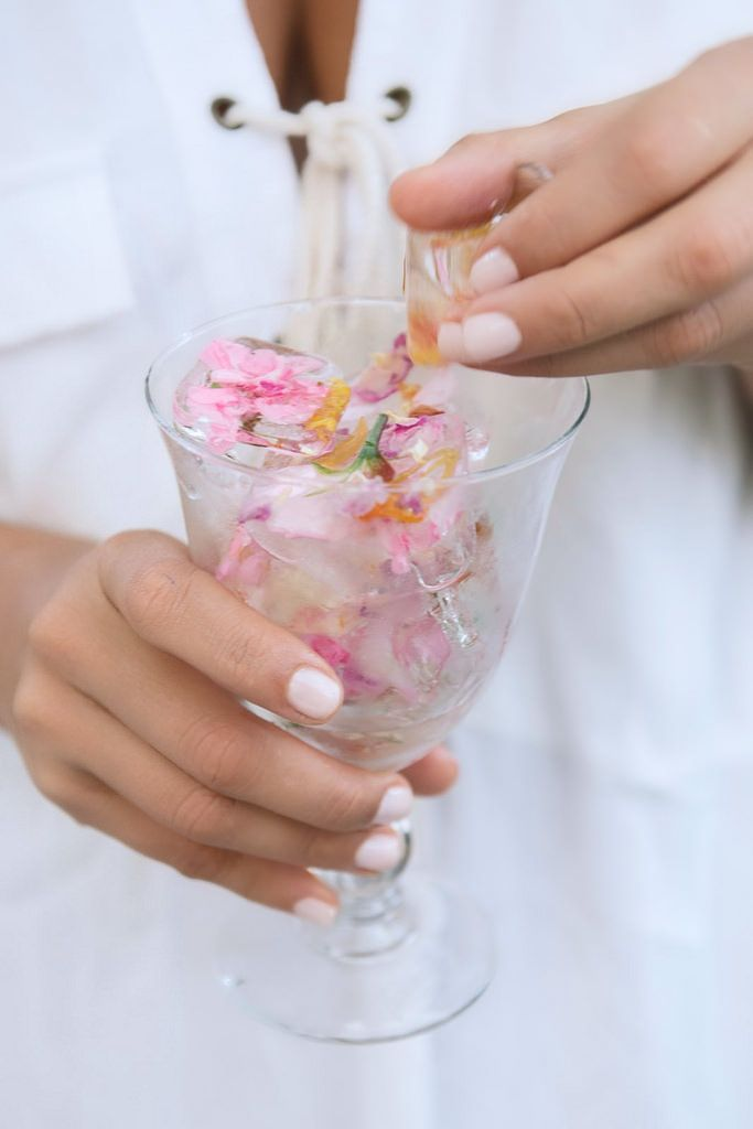 Pretty up your drinks with some very flowery ice cubes #partyideas #icecubes