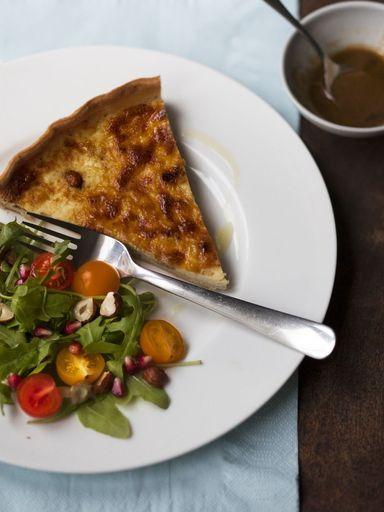 Quiche lorraine: - 200 g de pâte brisée - 200 g de lardons - 30 g de beurre - 3 oeufs - 20 cl de crème fraîche - 20 cl de lait - sel et poivre - muscade