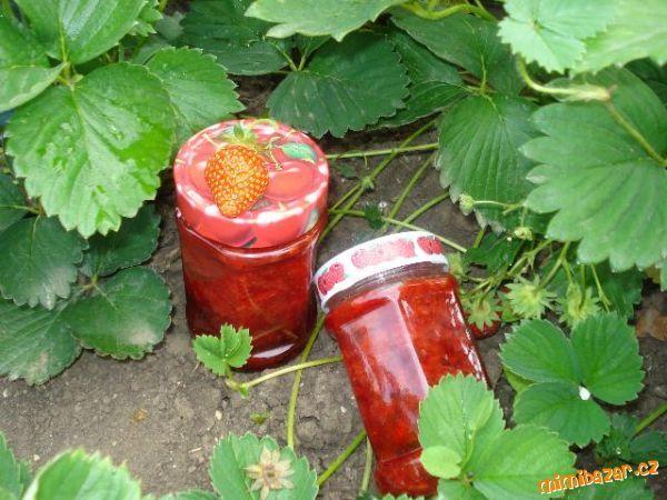 Jahodový džem s kousky jahod.....je super....