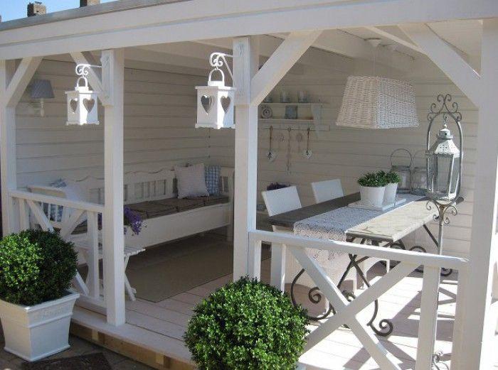 Romantische Veranda im Landhausstil. Gemütlicher Rückzugsort im Garten der für Atmosphäre sorgt. Noch mehr Ideen gibt es auf www.Spaaz.de!