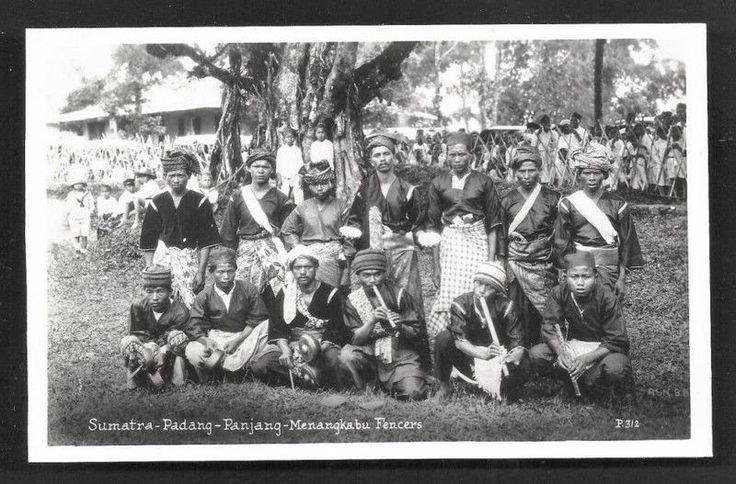 Padang+Pandjang+Minangkabau+Fencers+Sumatra+Indonesia+30s.JPG (800×527)