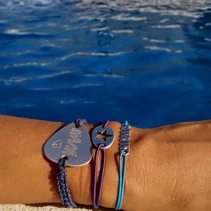 Modelo PLETTRO pulsera púa de plata de ley personalizada con la palabra MAMI grabada tal como la escribe su hija. #onejewelbcn #jewelsbyannmer  onejewelbcn@gmail.com