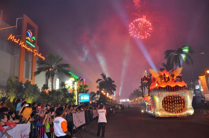 Fanfare: The Gading Night Festival, the parade that marks the opening of The Jakarta Fashion & Food Festival. The opening ceremony completed with beautiful fireworks. (Photo courtesy of Jakarta Fashion & Food Festival).