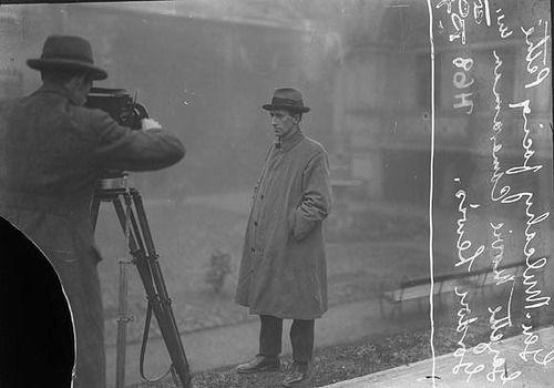 Refugiarse en un país conquistado y encontrarlo enseguida insoportable, pues uno no puede refugiarse en ninguna parte.  Franz Kafka. Diarios. 15 de marzo de 1922  Foto: Richard (Risteárd) Mulcahy being filmed by Gordon Lewis. 191? 1923?