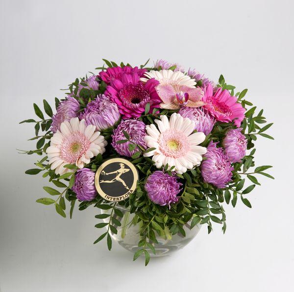 Rund bukett i lekre sommerfarger fra Interflora. Om denne nettbutikken: http://nettbutikknytt.no/interflora-no/