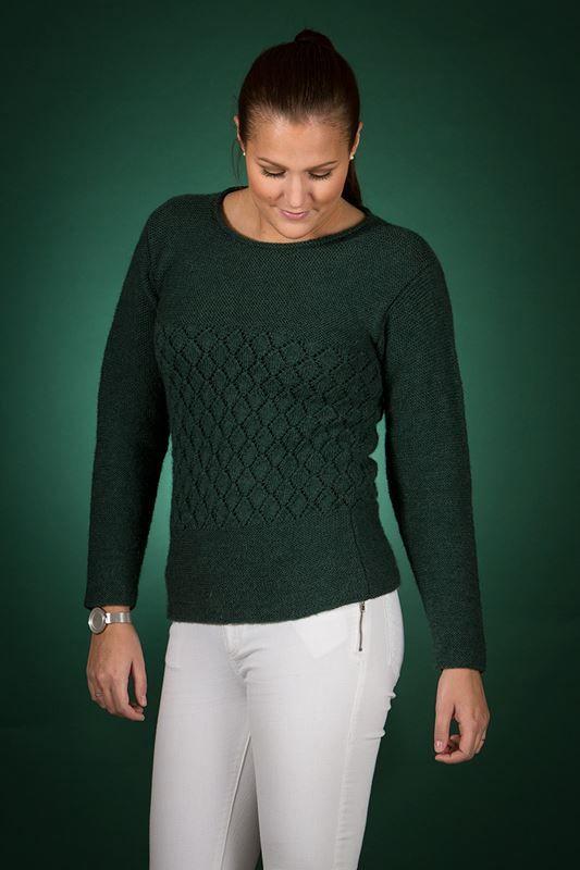 <p>Smart, moderigtig og feminin bluse, med flot lille hulmønster strikket i Mayflower Easy Care. En virkelige smuk og elegant bluse,