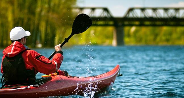 Kayak sur la rivière Saint-Maurice  Maïkan Aventure  Crédit photo: Étienne Boisvert  http://www.tourismetroisrivieres.com/fr/attraits-et-activites/loisirs-et-plein-air/maikan-aventure.aspx