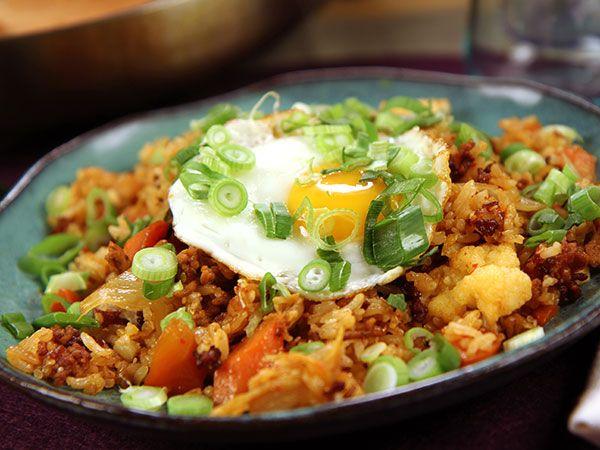 Vad kan man göra med överblivet kokt jasminris? Fried rice med fläskfärs, ingefära, kimchi och stekt ägg. Snabbt och jättegott.