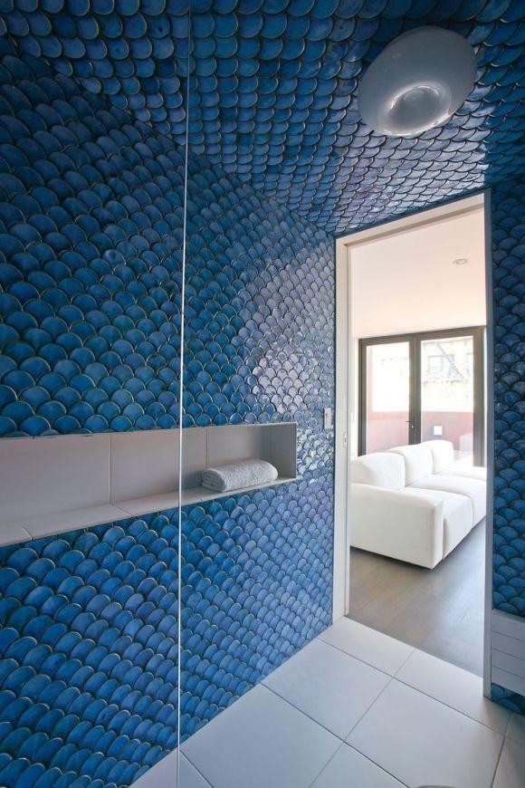 Interesting scale tiles in bathroom (580 x 870)