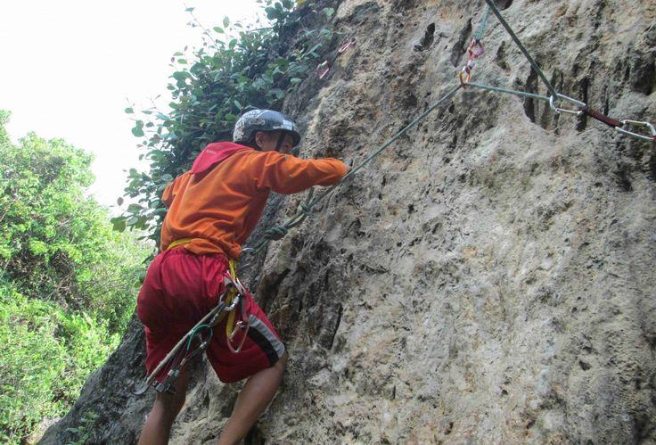 Panjat Tebing merupakan salah satu dari sekian banyak olah raga alam bebas dan juga salah satu bagian dari mendaki gunung yang tidak bisa dilakukan dengan cara berjalan kaki melainkan harus menggunakan peralatan dan teknik-teknik tertentu untuk bisa melewatinya. DINAMIK (Divisi Pecinta Alam Mahasiswa Teknik) Fakultas Teknik Universitas Muhammadiyah Surakarta merupakan organisasi kepecintaalaman di bawah naungan …