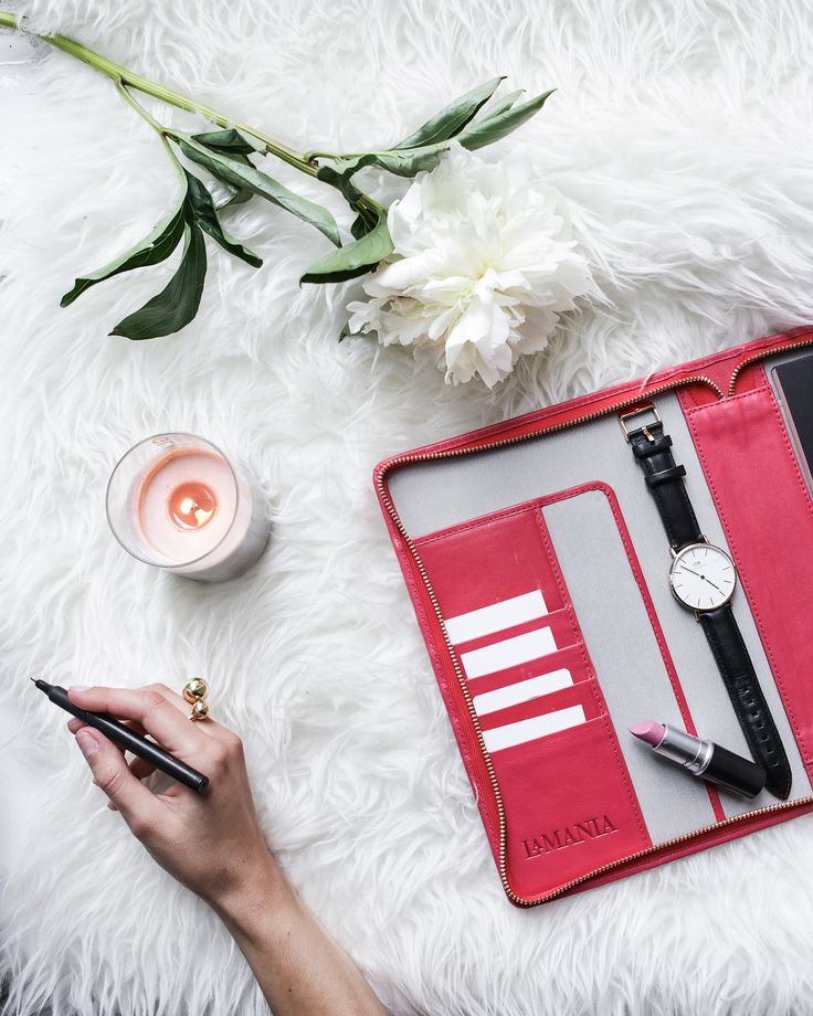 La Mania's leather organizer is the perfect everyday companion! Carry it in your bag or leave it on your desk for jotting down important tasks!