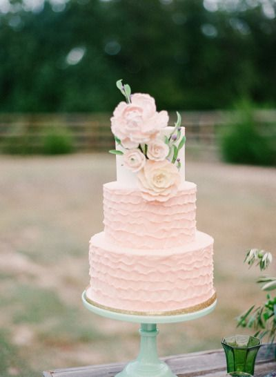 Pretty pink cake: http://www.stylemepretty.com/2015/03/03/bohemian-autumn-wedding-inspiration/ | Photography: Marianne Sabado - http://www.marianne-sabado.com/