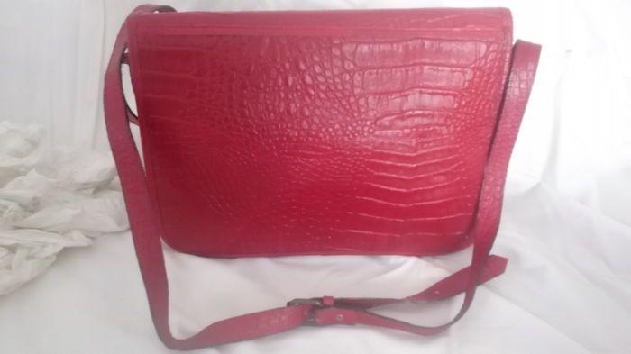 Fendi Tote tas met schouderriem  Red gehamerd leerzak met 3 voorzakken 'Postina' model. Interieur zip jaren 1970/80s model. In reële conditie iets op de rechterhoek van de zak te gedragen. Interieur: de voering is in uitstekende staat zoals het heeft jarenlang links onaangeroerd in een kast. De metalen tag garanderen de echtheid van de zak is: FENDI S A S ROMA gemaakt in Italië. De tas heeft een schouderriem en het handvat is gemaakt in leer met een gesp. Het is bijna 1 meter lang. Naast de…