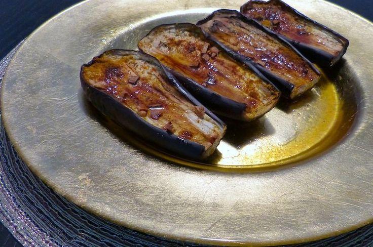 Een verrassend en bijzonder smaakvol recept voor aubergine uit de oven met kerrie en honing. Waarvoor je niet langer dan 10 minuten in de keuken staat.