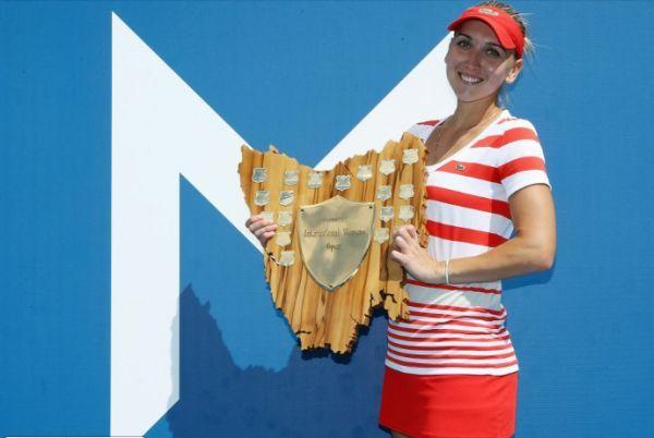 Elena Vesnina cu trofeul castigat la Hobart