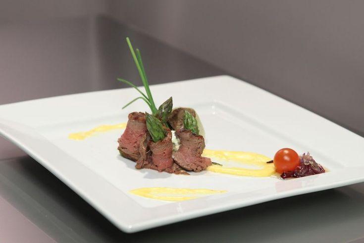 Reteta Nicusor Coroama: Antreu cald din rulou din muschi de vita cu sparanghel si ciuperci umplute  - www.Foodstory.ro