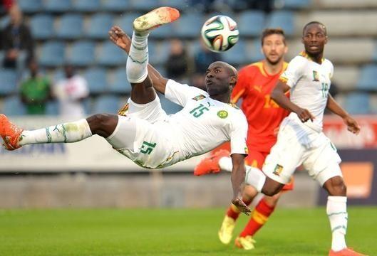 Tình huống ngả bàn đèn dẫn tới chấn thương của Pierre Webo trong trận Cameroon thắng Macedonia 2-0  tin the thao http://ole.vn/tin-the-thao.html, http://ole.vn/livescore/ket-qua/world-cup-2014_41.html