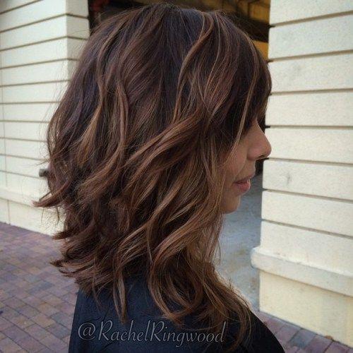 longueur moyenne brune ondulée balayage cheveux