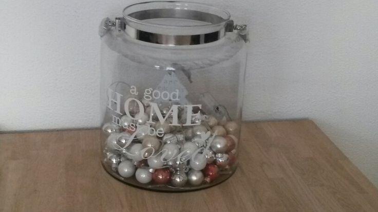 Kerstballen in vaas met lichtjes
