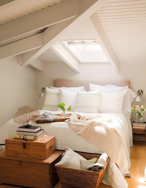Bücher am Bett im Dachgeschoss. Mehr Bücher auf: schonhalbelf.wordpress.com