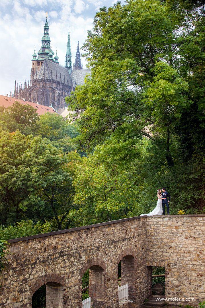 Samantha and Kim near the #PragueCastle in #Prague #moietie #prewedding #photographerprague #bride #wedding #weddingphotographer #weddingphoto #preweddingprague #布拉格 #布拉格婚纱摄影 #婚礼 #新娘 #蜜月 #海外婚紗攝影 #婚纱摄影