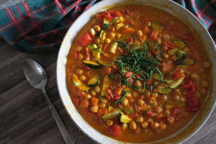 Na prelome leta a jesene si curry zaslúžilo osvieženie. Čerstvé rajčiny a sezónnu zeleninu. Jeden z mojich najobľúbenejších receptov celoročne. Ak budete mať príležitosť určite si kúpte žltú curry pastu. Ideálne značku, ktorú ukazujem vo videu, lebo tá má vegánske zloženie. Žlté curry ma plnú chuť a nie je extra štiplavé, pre mňa ideálne. Na …