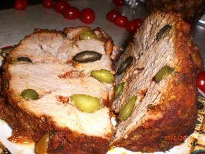 Фото к рецепту: Свинина запеченная с маслинами и маринованными огурцами