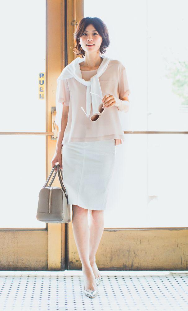 5.とろみ素材のきれい色カットソーに白デニムスカートの淡色コーディネイト
