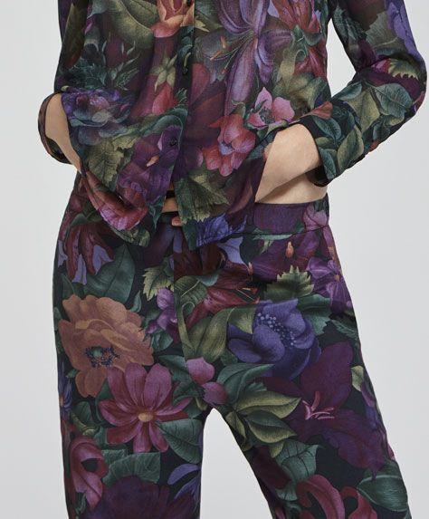 Spodnie z motywem ogrodu, 99.9PLN - Długie spodnie w kwiaty z cienkiego materiału, z gumką w pasie z tyłu i bocznymi kieszeniami. Wymiary ubrania: Całkowita długość od pasa: 98 cm oraz szerokość w biodrach: 54 cm. Wymiary te odpowiadają hiszpańskiemu rozmiarowi M. - Modowe trendy AW 2017 dla kobiet na stronie Oysho: bielizna, odzież sportowa, motywy etniczne i cygańskie, buty, dodatki, akcesoria i stroje kąpielowe.