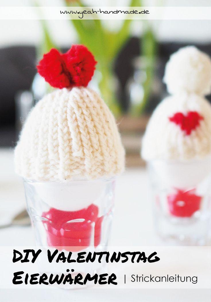 DIY Eierwärmer Mützen zum Valentinstag stricken. Perfekt für ein gemütliches Frühstück mit den Liebsten. Passend zum Valentinstag mit Herz Bommel und aufgesticktem Herz. Strickanleitung auf Yeah Handmade