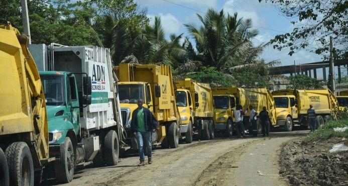 Camiones de basura hacen fila para descargar en vertedero de Duquesa