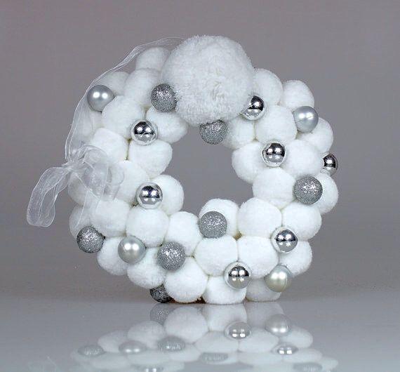 Bianco Natale corone - Pom Pom ghirlanda - ornamenti di natale bianco - Holiday Wreath - ornamento d'argento bianco - porta d'ingresso di PomPomMyWorld su Etsy https://www.etsy.com/it/listing/246577023/bianco-natale-corone-pom-pom-ghirlanda