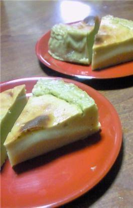 簡単♪粉無し♡さつまいものプリンケーキ   さつまいもの甘みをしっかり味わえます。生地はFP任せなので超簡単♪さつまいもに火が通ってれば、余熱中に出来ちゃうよ☆    材料 (15cmの丸型1台分) さつまいも 皮を剥いて蒸した状態で200g   牛乳 150cc   卵 M〜L2個   砂糖 大さじ4   バター 20g   ブランデー(無くてもOK) 小さじ1〜2    作り方 1 さつまいもは皮を剥いて水にさらしてアクを抜き、軟らかくなるまで蒸す。(レンジでもOK) 2 材料全てをフードプロセッサーかミキサーにかける。さつまいもの形がなくなり滑らかになるまでしっかりかけて下さい。 3 クッキングシートを敷いた型に流し込み、170度で予熱したオーブンで50~60分焼く。 途中、焦げそうならアルミホイルを被せて下さい。