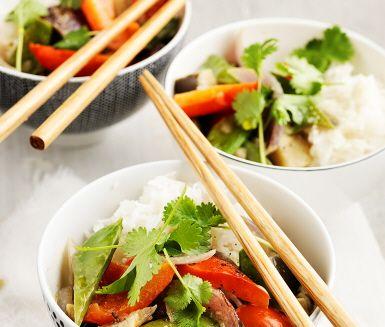 Kryddstark och smakrik vegetarisk grön curryrätt serveras idag. Romanesco och övriga grönsaker steks tillsammans med currypastan innan den ljuvligt krämiga kokosmjölken hälls över och en fantastisk doft sprider sig i köket. Serveras denna fantastiska gryta med nykokt ris toppat med koriander.