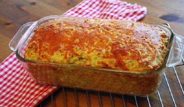 Όλα 200: Το αλμυρό κέικ που έχει ξετρελάνει το διαδίκτυο! Τι χρειαζόμαστε: 200 γρ. αλεύρι φαρίνα 200 γρ. βούτυρο ή μαργαρίνη 200 γρ. κεφαλοτύρι τριμμένο 200 γρ. ζαμπόν ψιλοκομμένο 200 γρ. γιαούρτι 4 αυγά κομματάκια φέτας Αλάτι, πιπέρι (κατά προτίμηση) Οδηγίες – Χτυπάμε στο μίξερ το βούτυρο να «αφρατέψει» και μετά προσθέτουμε ένα ένα τα