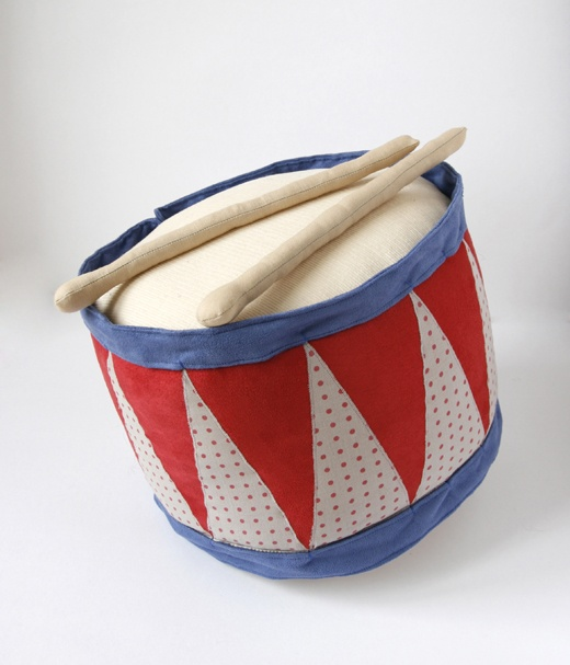 """Lisa Sanchis. tambour + baguettes en tissu. créations originales. campagne publicitaire """"Livret A Kipouss"""". Caisse d'Epargne. février 2011."""
