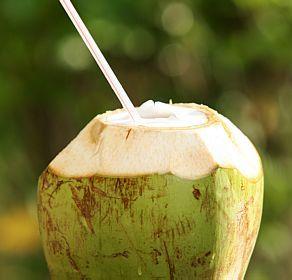 Beber água de coco é uma ótima maneira de repor os eletrólitos perdidos através do suor durante um treino.