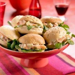 Luxe Belegde Broodjes | bake-off partybroodjes, gerookte zalm, bleekselderij, gedroogde tomaatjes, mayonaise, citroensap, dragon, zout en peper, waterkers en veldsla