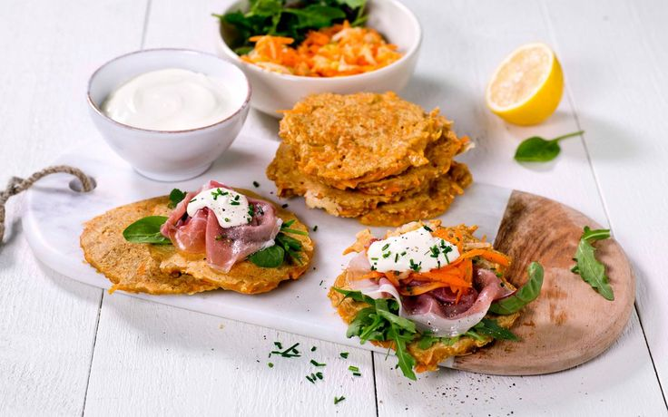 Grove pannekaker med gulrot, grovt mel og havregryn. Perfekte til middag eller i matpakken.
