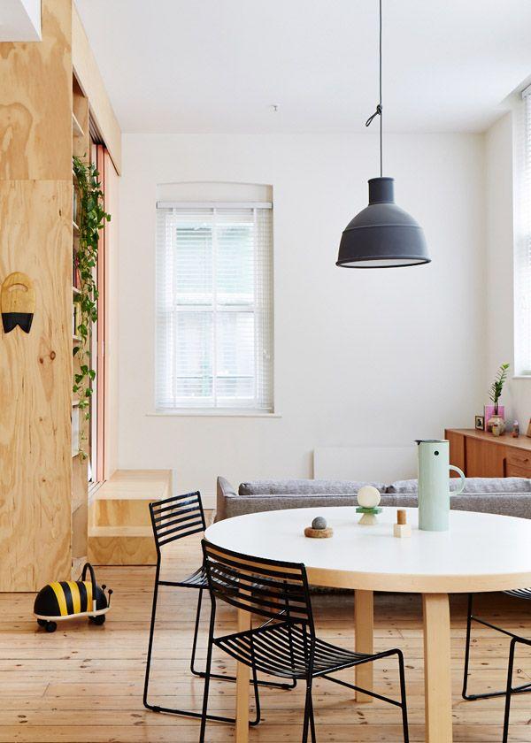 De Australische architect Clare Cousins transformeerde een appartementje met multiplex tot een atelier én leefruimte met twee slaapkamers.