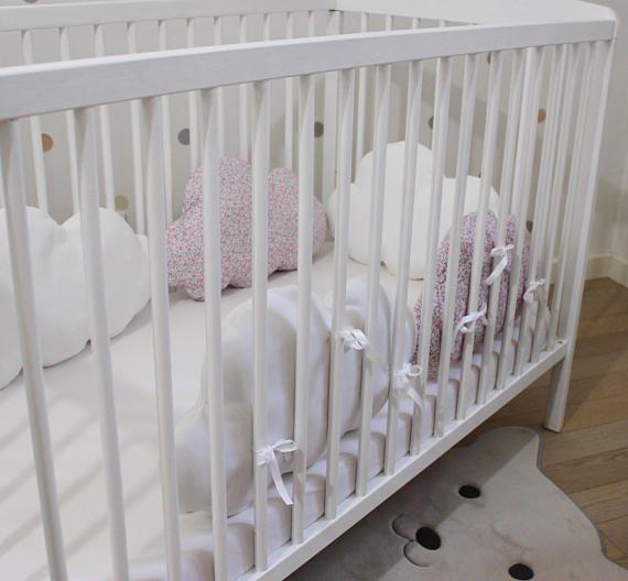Tour de lit bébé nuage modulable et évolutif réalisé dans un coton imprimé certifié oeko tex100 2 nuages et un polaire blanc neige tout doux