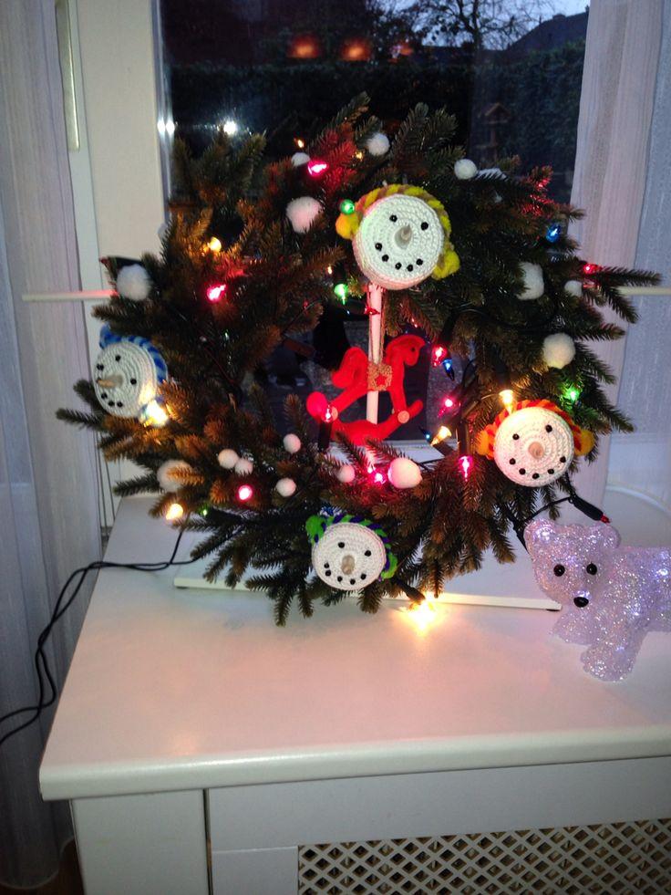 Sneeuwpop krans zelf gemaakt in opdracht van Thijs
