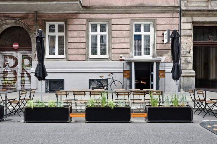 Современный виски бар Źródło.bar, расположенный в подвале многоквартирного дома на одной из самых популярных улиц Познани, Польша, был разработан Adam Wiercinski Architekt