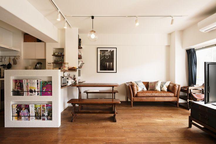 キッチンカウンターの側面は、白いタイル貼りにし、マガジンラックを。床は床暖房対応のオーク三層無垢材を採用。 専門家:スタイル工房が手掛けた、パリのアパルトマン風リビング(K邸・最大限の空間を確保した上質なインテリア)の詳細ページ。新築戸建、リフォーム、リノベーションの事例多数、SUVACO(スバコ)