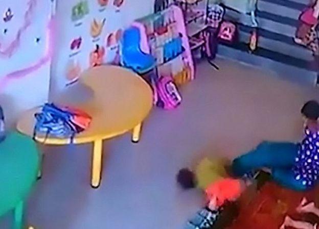 Video kanak-kanak dibelasah pengasuh sampai retak tempurung kepala   Seorang kanak-kanak retak tempurung kepala lebam-lebam dan mengalami pendarahan teruk selepas dirakam dibelasah pengasuhnya.  Menurut laporan Dailymail Ritisha menangis tanpa henti selain muntah-muntah selepas diambil dari pusat pengasuh.  Ibu bapa Ritisha kemudian berjumpa doktor di hospital dan pemeriksaan mendapati kanak-kanak berkenaan cedera parah.  Polis yang menyerbu pusat asuhan terbabit mendedahkan rakaman CCTV…