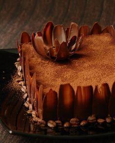 Кто хотел рецепт этого тортика? Вкуснейший)))) Я кофе не пью уже ..... три гофа!!!! Вдруг, как отрезало. Перестал нравиться вкус кофе, как напитка. Но, как ни странно, совершенно неожиданно влюбили в себя кофейные нотки в десертах. Поэтому собираю небольшую коллекцию рецептов, в которых главную…