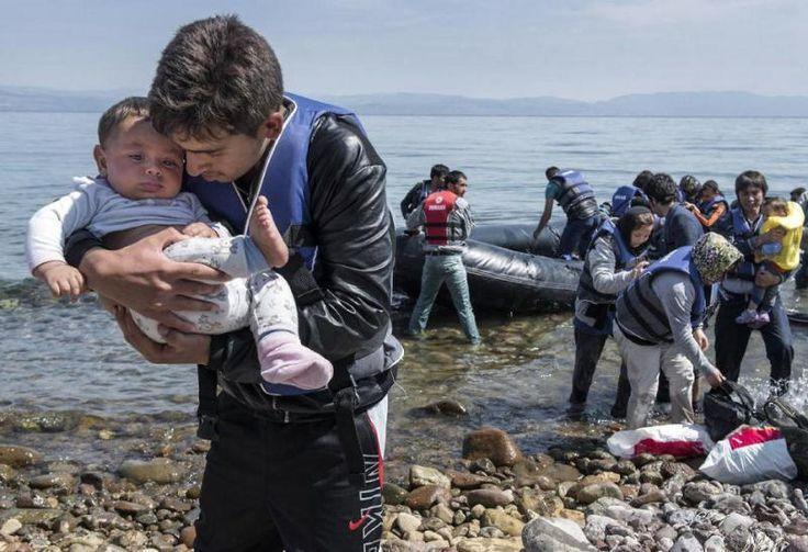 Refugiados sirios afirman que un buque guardacostas de Turquía cogieron por la fuerza a varios niños de una barca donde estaban junto con sus padres y se los llevaron de vuelta a Turquía. Dicen que...