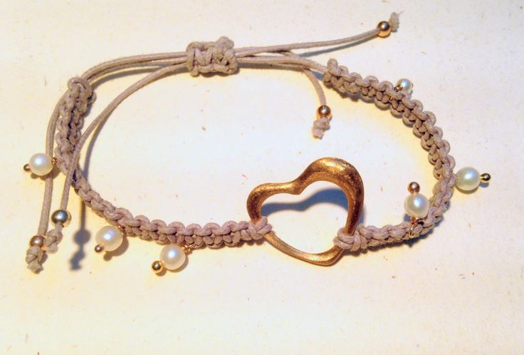 Cuore realizzato a mano bronzo dorato e perle di fiume - Macramè della collezione Mapi