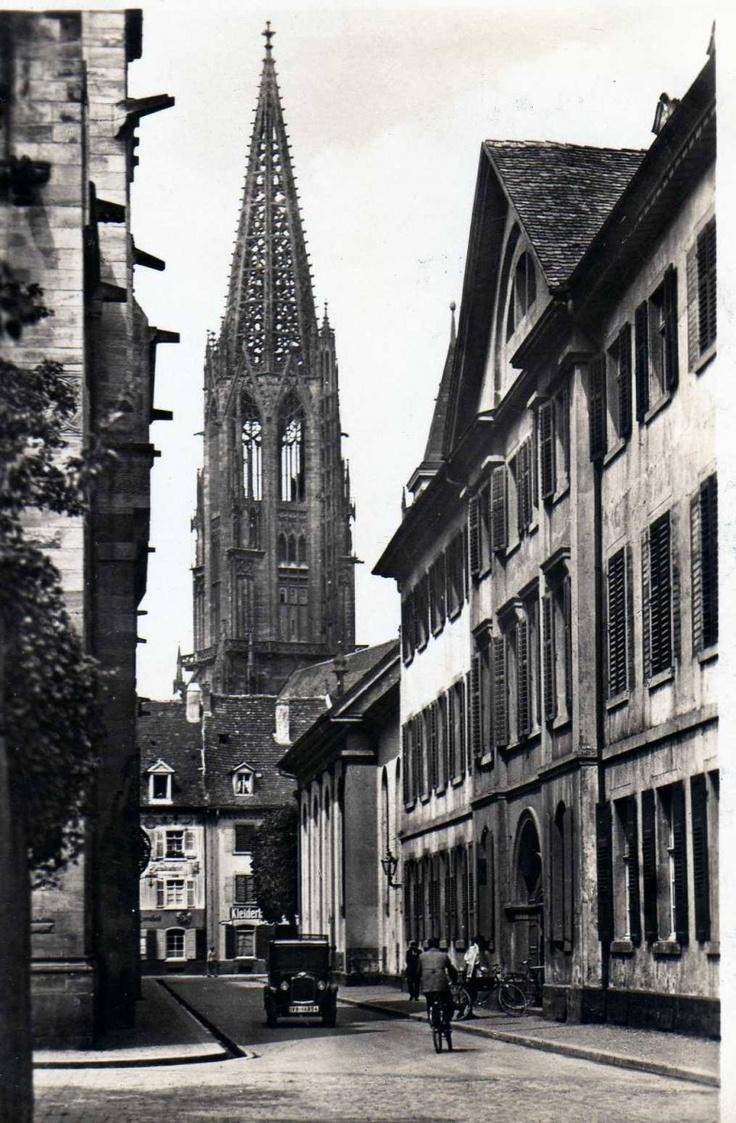 Schoferstraße Freiburg um 1920    Ansicht des Freiburger Münster um 1920. Aufgenommen aus der Schoferstraße. Links im Bild das heutige erzbischöfliche Ordinartiat.
